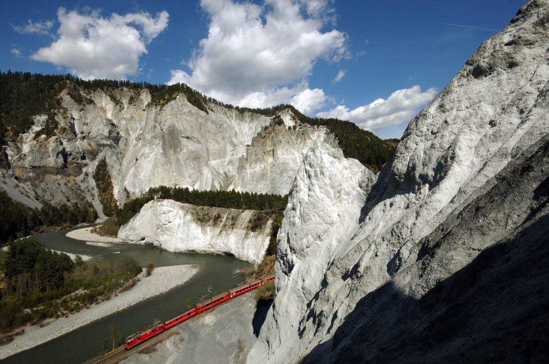 Rhaetische Bahn/RhB - Die Rhaetische Bahn, die groesste Alpenbahn der Schweiz, faehrt in der Rheinschlucht durch die spektakulaere Buendner Gebirgslandschaft.Rhaetian Railway/RhB - Trains of the Rhaetian Railway, Switzerlandżs most important Alpine rail operator, run through the Rhine Gorge in the spectacular mountain landscape of the Swiss canton of Graubuenden.Ferrovia retica/FR - La Ferrovia retica, la piu grande ferrovia alpina della Svizzera, viaggia nell'Orrido del Reno attraverso lo spettacolare paesaggio montano dei Grigioni.Copyright by Rhaetische Bahn   By-line: swiss-image.ch/Tibert Keller