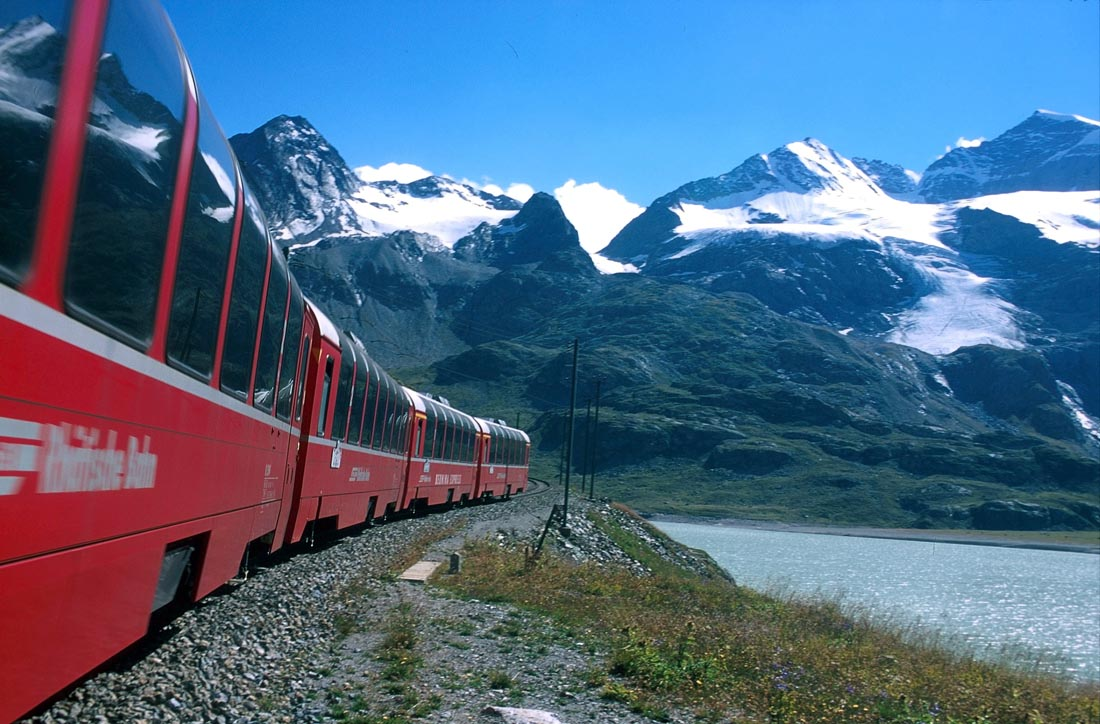Bernina Express - Bernina Express vor dem Cambrena-Gletscher. Eine Fahrt von den Gletschern zu den Palmen.